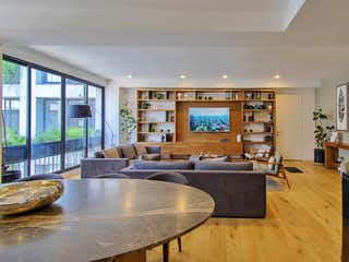 Una sala de estar llena de muebles y una gran ventana en Blas Pascal