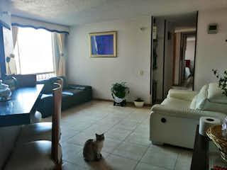 Un gato sentado en una alfombra en una sala de estar en Conjunto Residencial Recodo de San Felipe 6