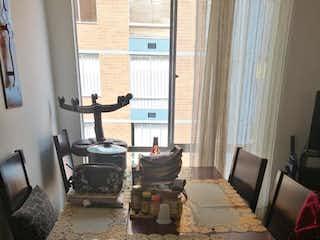 Una sala de estar llena de muebles y una ventana en Apartamento en venta en Barrio El Tintal de tres alcobas
