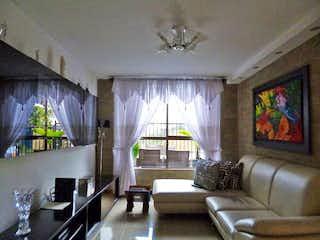 Una sala de estar llena de muebles y una gran ventana en Casa en venta en Toledo de 160mts, dos niveles