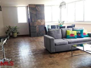 Una sala de estar llena de muebles y una ventana en Bh El Poblado