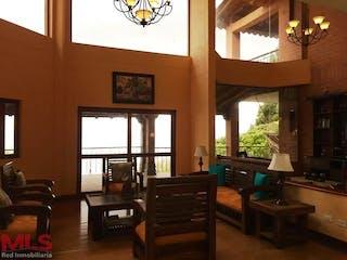 Una sala de estar llena de muebles y una gran ventana en Cedro Verde