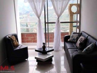 Una sala de estar llena de muebles y una ventana en Molinos del Sol