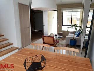 Una sala de estar llena de muebles y un suelo de madera en No aplica