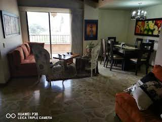 Una sala de estar llena de muebles y una chimenea en Apartamento en venta en Primavera, 104mt con balcon