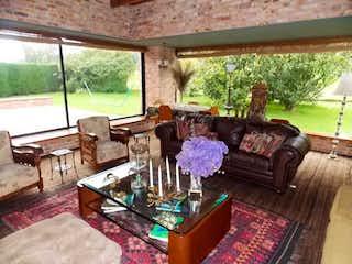 Una sala de estar llena de muebles y una alfombra en Casa en venta en Aposentos de  3 habitaciones