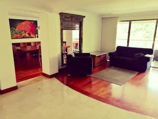 Una sala de estar llena de muebles y una chimenea en Apartamento en venta en Los Balsos de  4 habitaciones