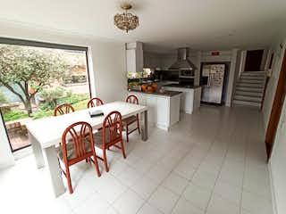 Una habitación con una mesa y sillas en ella en Casa en venta en La Conejera de  4 habitaciones