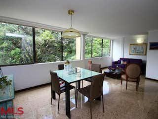 Una sala de estar llena de muebles y una mesa en Guadalcanal