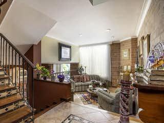Una habitación llena de un montón de muebles de madera en Casa en venta en Los Balsos, 200mt con terraza