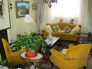 Una sala de estar llena de muebles y una chimenea en Casa En Las Margaritas, Cedritos, 3 Habitaciones- 158m2.