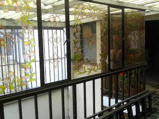 Una vista de un balcón con una planta en maceta en Casa En Venta En Bogota Santa Margarita