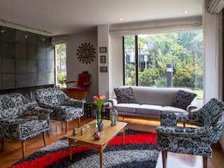 Una sala de estar llena de muebles y una gran ventana en Casa en venta en Santa Bárbara Oriental, 202mt con balcon