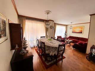 Una sala de estar llena de muebles y una mesa en Apartamento en venta en Mazurén de dos habitaciones