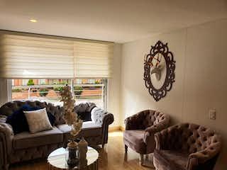 Una sala de estar llena de muebles y una gran ventana en Apartamento en venta en Prado Veraniego de 3 habitaciones