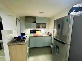 Una cocina con nevera y fregadero en Apartamento en venta Loma de los Bernal de una alcoba