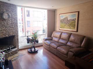 Una sala de estar llena de muebles y una chimenea en Torrelogos