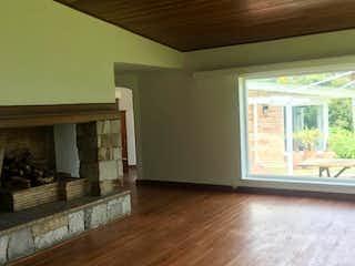 Una sala de estar llena de muebles y una chimenea en Casa en venta en Barrio Torca, de 350mtrs2