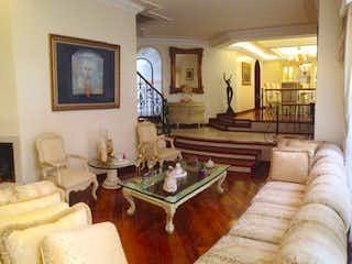 Una sala de estar llena de muebles y una chimenea en Casa en Casa Blanca Suba, Britalia Norte - 320mt, tres niveles, cuatro alcobas