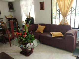 Una sala de estar llena de muebles y una ventana en Casa en venta en Santa Ana de 160mts, cuatro niveles