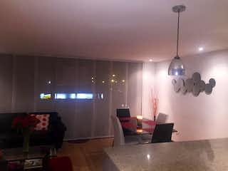 Una sala de estar llena de muebles y una lámpara de araña en Studio 116