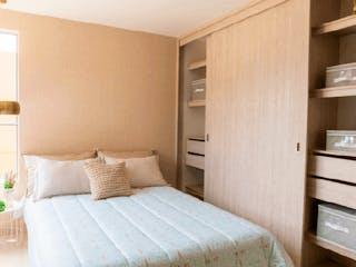 Un dormitorio con una cama y una mesa en él en Cerro Claro