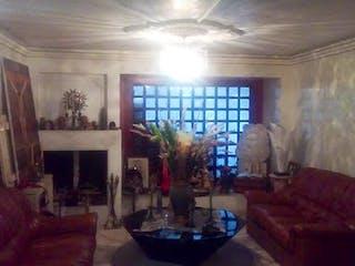 Una sala de estar llena de muebles y una ventana en Casa en venta en Hayuelos de 435mts