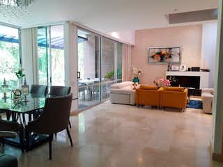 Una sala de estar llena de muebles y una televisión de pantalla plana en Arandanos De La Calleja