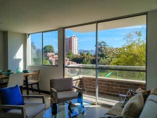 Una sala de estar llena de muebles y una gran ventana en Apartamento en venta en San Antonio de Pereira de tres habitaciones