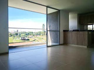 Una cocina con nevera y una ventana en Apartamento en venta en San Nicolás de tres habitaciones