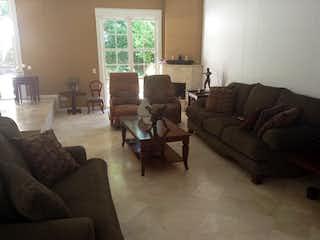 Una sala de estar llena de muebles y una gran ventana en SAN SEBASTIAN DE LA ALAMEDA