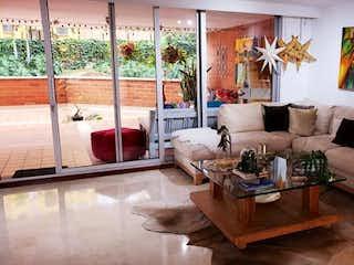 Una sala de estar llena de muebles y una gran ventana en San Giorgio