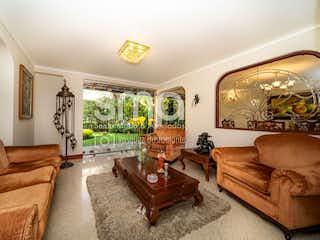 Una sala de estar llena de muebles y una gran ventana en Linares