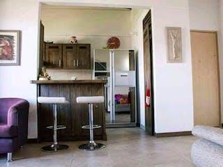 Una sala de estar llena de muebles y una ventana en Apartamento en venta en Norteamérica de tres habitaciones