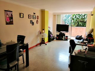 Una sala de estar llena de muebles y una televisión de pantalla plana en Apartamento en venta en Calazans de tres habitaciones