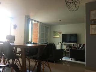 Una sala de estar llena de muebles y una televisión de pantalla plana en Apartamento en venta en Fátima de dos alcobas