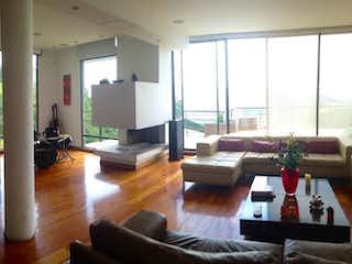 Una sala de estar llena de muebles y una televisión de pantalla plana en Casa En Venta En Sopo Briceño - dos tererazas