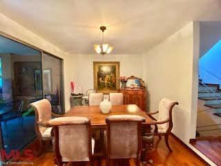 Una sala de estar llena de muebles y una lámpara de araña en Bosques De La Carolina