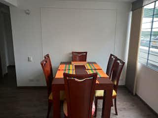 Una habitación con una mesa y una mesa en Apartamento en venta en Castilla de 3 habitaciones