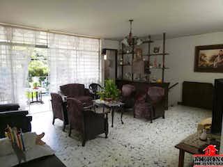 Una sala de estar llena de muebles y una chimenea en Casa en venta en Velódromo de 166mts