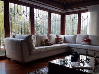 Una sala de estar llena de muebles y una ventana en CATALAYUD