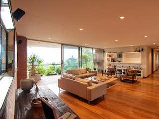 Una sala de estar llena de muebles y pisos de madera dura en Apartamento en venta en San Lucas de tres alcobas