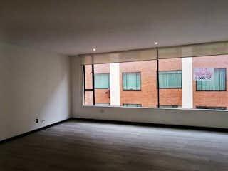 Una habitación con una ventana y una ventana en Apartamento en venta en Chicó Navarra de 3 habitaciones