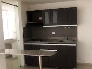 Un cuarto de baño con lavabo y un espejo en Apartamento en venta en Aves María de  3 habitaciones