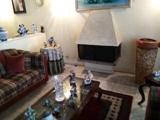 Una sala de estar llena de muebles y una chimenea en Casa en venta en Barrio Modelia de 212mts