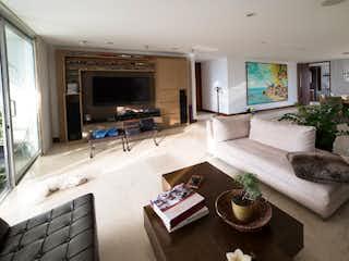 Una sala de estar llena de muebles y una chimenea en Apartamento en venta en Loma del Indio de tres habitaciones