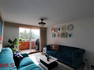 Una sala de estar llena de muebles y una ventana en Borneo De Castropol