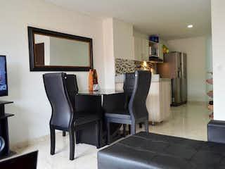 Una sala de estar llena de muebles y una televisión de pantalla plana en Apartamento en venta en Mesa de tres alcobas