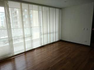 Un cuarto de baño con un inodoro blanco y una ventana en Apartamento en venta en Sotavento de dos habitaciones