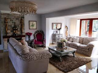 Una sala de estar llena de muebles y una lámpara de araña en Casa en Barrio San José de Bavaria de 750mts